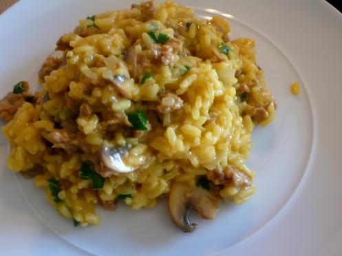 risotto allo zafferano con salsiccie e funghi